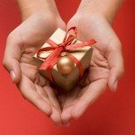 cadou tinut in maini